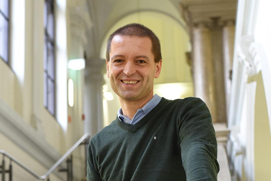 Christof Gattringer erklärt Forschung im Pub. Foto: Uni Graz/Tzivanopoulos