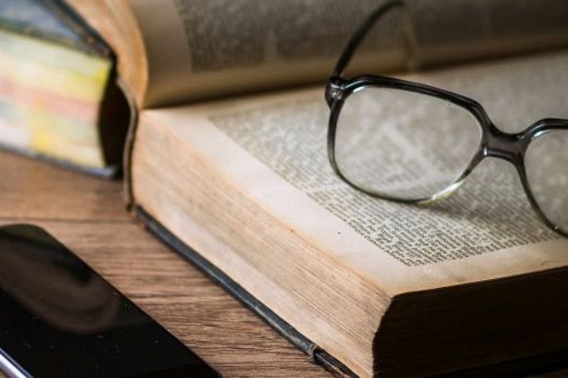 Blickfang, Buch, Brille, Smartphone