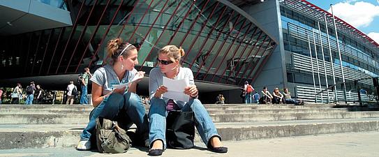 Studierende vor dem Resowi-Gebäude