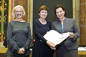 Evelyn Höbenreich mit Ingrid Moritz von der Arbeiterkammer Wien (l.) und Frauenministerin Gabriele Heinisch-Hosek. Foto: © Parlamentsdirektion/Bildagentur Zolles KG/Jacqueline Godany