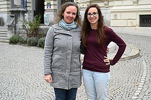 Anita Neudorfer und Stefanie Weissensteiner (v.l.) repräsentieren die Universität Graz im Arqus Students' Council. Foto: Uni Graz/Leljak.