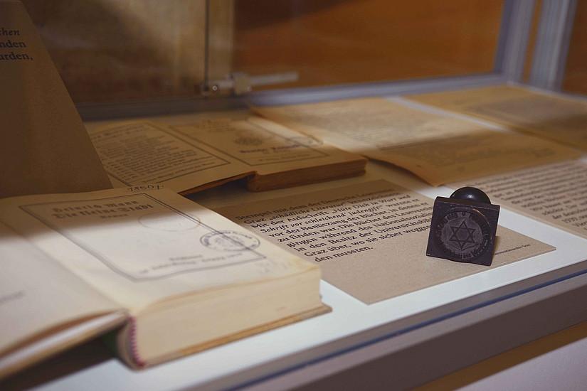 Die Reproduktion des Stempels, der für das Kennzeichnen einiger Bücher in der Universitätsbibliothek Graz verwendet wurde.