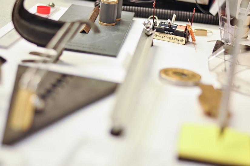 Kleines Museum: Geräte, welche die Welt der Physik erklären.