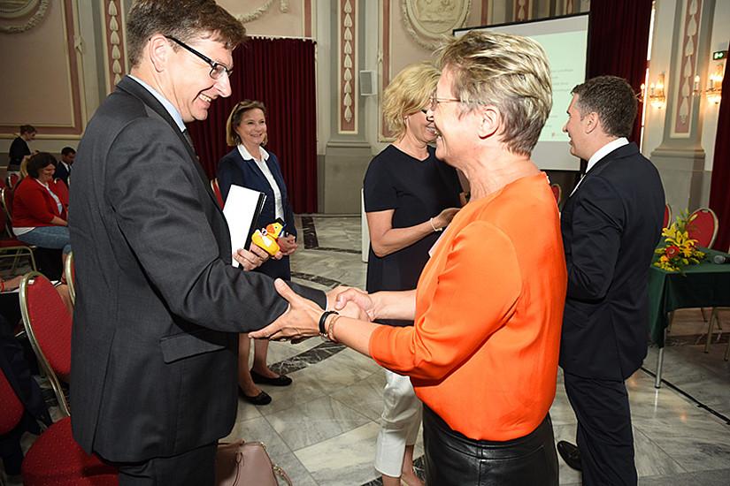 Kleine Kraftpakete für die Eröffnungsgäste, überreicht von Anita Ziegerhofer an Stefan Storr