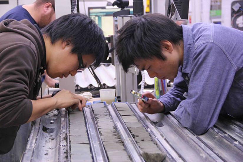 Ein internationes ForscherInnen-Team am Werk: Hier arbeiten Sedimentologen am Bohrkernen, Bild: Lucas Lourens.