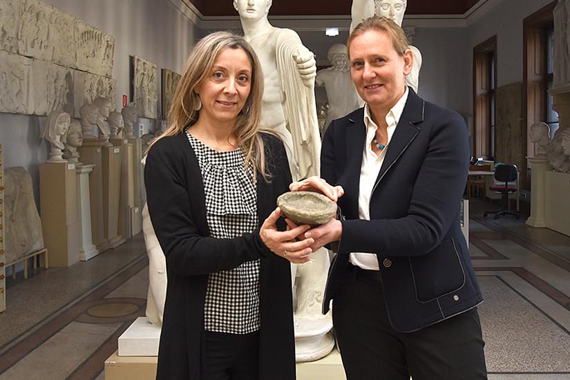 Maria Christidis (links) und Gabriele Koiner erforschten die Herkunft der antiken Artefakte, die nun an Griechenland restituiert wurden. Foto: Uni Graz/Tzivanopoulos
