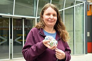 Brigitte Pertschy präsentiert ein Ribosomen-Modell: Wie der Bau der Protein-Fabriken koordiniert wird, hat die Biowissenschafterin entschlüsselt. Foto: Uni Graz/Eklaude