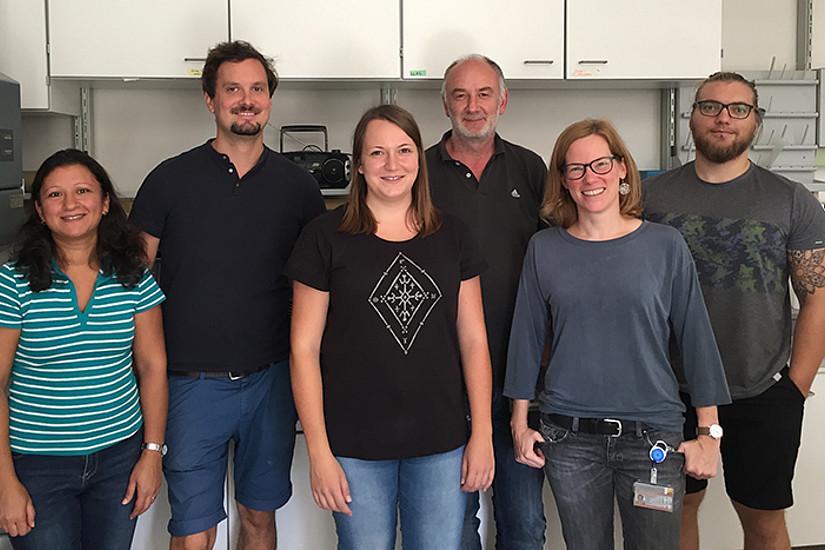 Die Arbeitsgruppe rund um Robert Zimmermann (3.v.r.) hat den Stoffwechsel des Phospholipids BMP ein Stück weit entschlüsselt. Foto: Gernot Grabner.