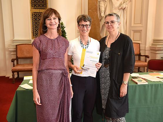 Sylvia Titze (Mitte) freute sich über den zweiten Platz für den Wissenschaftszweig Sportwissenschaften.