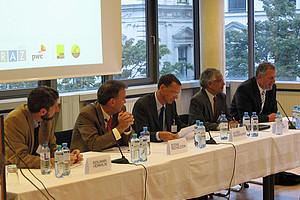 Experten diskutieren: Hermalin, Reichelstein, Wagenhofer, Sunder, Milla bei der Plenardiskussion.