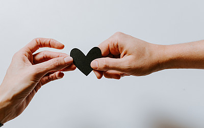 Hände, Pflege mit Herz, Pflege Kurse UNI for LIFE
