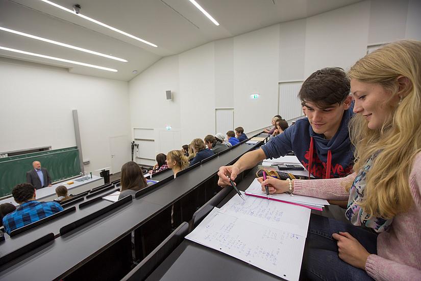 Aktive Unterstützung bei Vorwissenschaftlichen Arbeiten: Studierende geben Tipps an SchülerInnen weiter. Foto: Uni Graz/Lunghammer