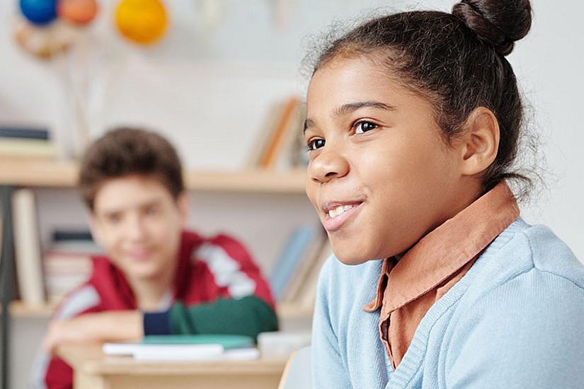 Es muss nicht Deutsch sein: Kinder sollten in der Schule ermutigt werden, die Muttersprache oder andere erlernte Sprachen zu verwenden. Das fördert den Erfolg. Foto: Pexels/Max Fischer