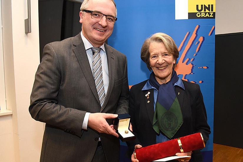 Dekan Christoph Heil überreichte den Ehrenring in Gold an Sigrid Reinitzer. Foto: Uni Graz/Schweiger