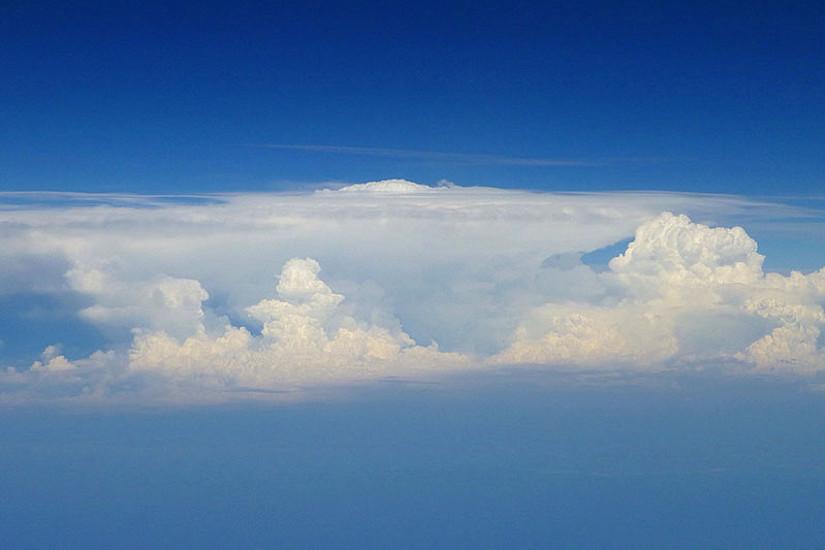 Über den Wolken wird die Freiheit immer enger: ForscherInnen der Uni Graz konnten zeigen, dass sich durch die Treibhausgase die Stratosphäre - also der Teil der Lufthülle oberhalb der Wetterschicht - immer stärker zusammenzieht. Foto: Foelsche