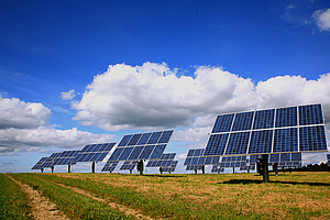 Stahlproduktion mithilfe von Photovoltaik und der Kraft der Sonne? WissenschafterInnen am Wegener Center für Umwelt und Globalen Wandel errechnen die Wirtschaftlichkeit dieses Modells. Foto: RainerSturm/pixelio.de