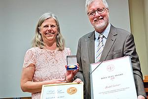 Karin Dahlman-Wright, Vizerektorin des Karolinska Institutet, überreichte Rudolf Zechner den Rolf Luft Award 2018. Foto: Anders Norderman.
