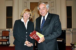 Gerald Schöpfer mit Rektorin Christa Neuper