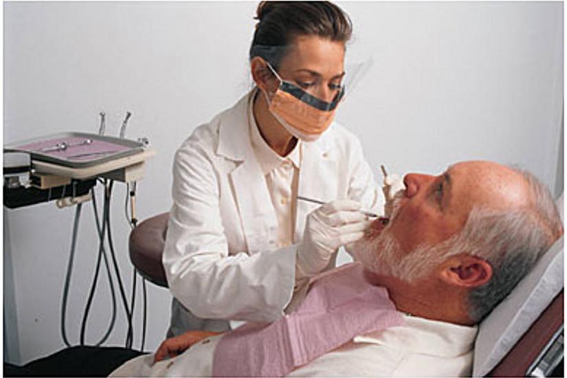 Zahnärztin behandelt Patienten
