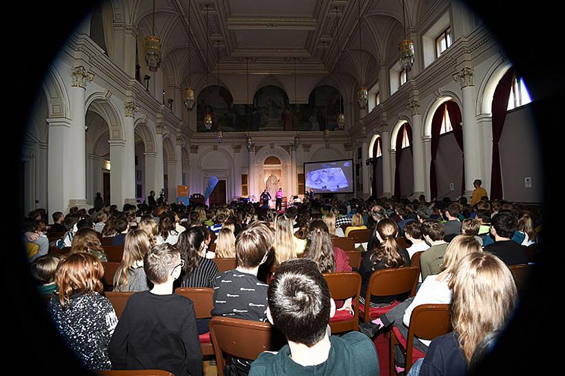 Rund 350 junge Teilnehmer und Teilnehmerinnen verfolgten gebannt das Spektakel auf der Bühne.