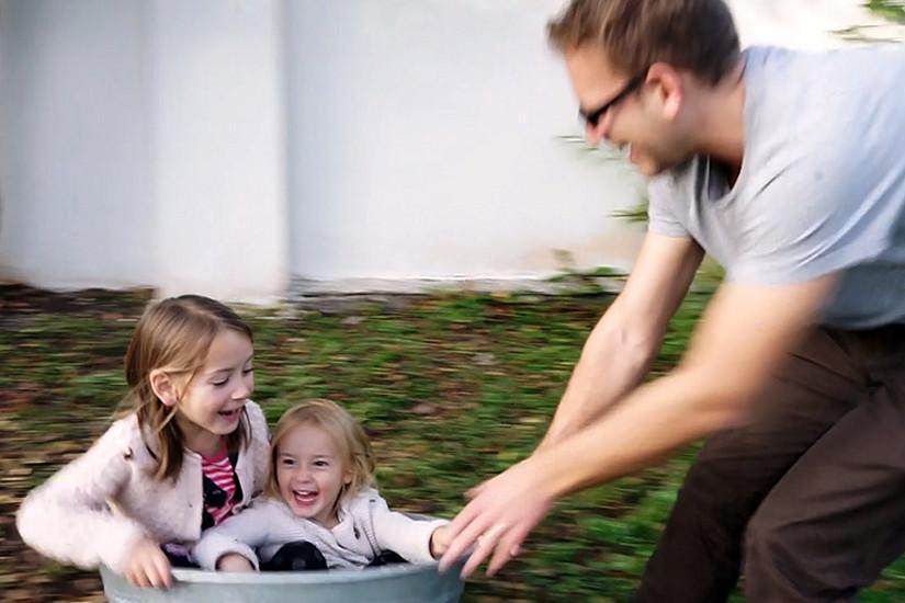 Über ihre Erlebnisse und Erfahrungen in der Karenz berichten vier Väter in einem Kurzfilm.