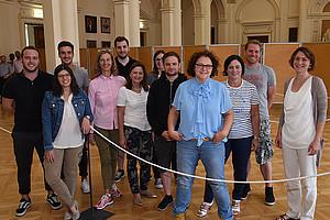 Das Aufnahmeverfahren an der Uni Graz wird (fast) ein Jahr im Vorhinein vorbereitet. Andrea Penz (Bildmitte) koordiniert das Ganze. Foto: Uni Graz/Tzivanopoulos