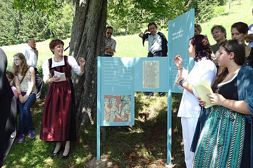 Andrea Hofmeister (li.) führte durch den ersten Steirischen Literaturpfad des Mittelalters.