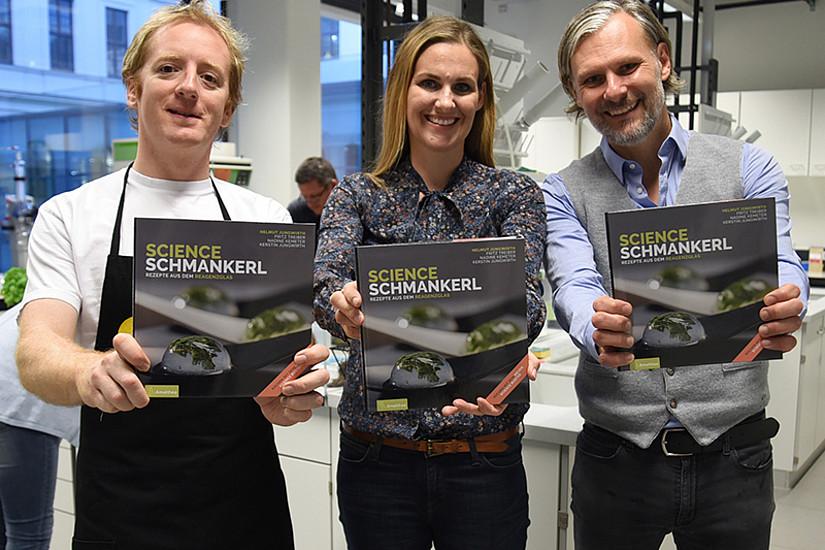 """Preisgekrönte AutorInnen des Kochbuchs """"Science Schmankerl"""": Fritz Treiber, Kerstin Jungwirth und Helmut Jungwirth (v.l.)  Foto: Uni Graz/Schweiger"""