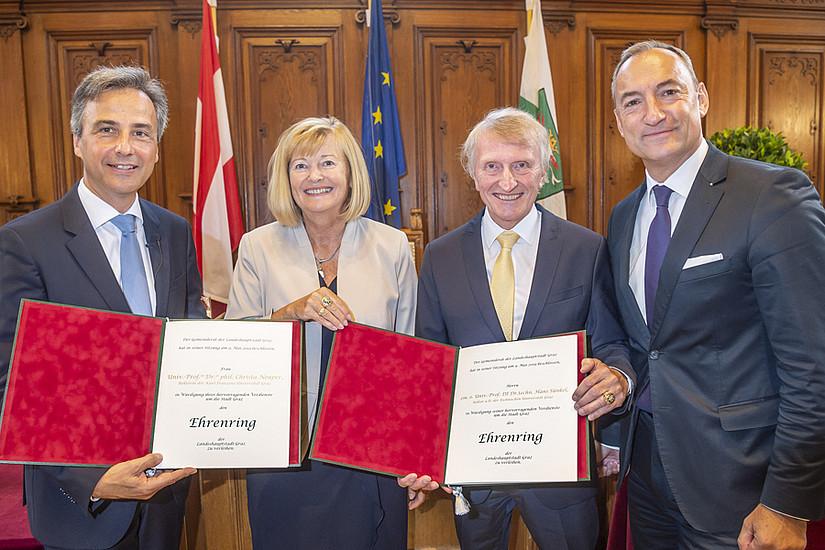 Bürgermeister Siegfried Nagl (l.) und Vizebürgermeister Mario Eustacchio (r.) überreichten die Ehrenringe an Christa Neuper und Hans Sünkel. Foto: Foto Fischer.