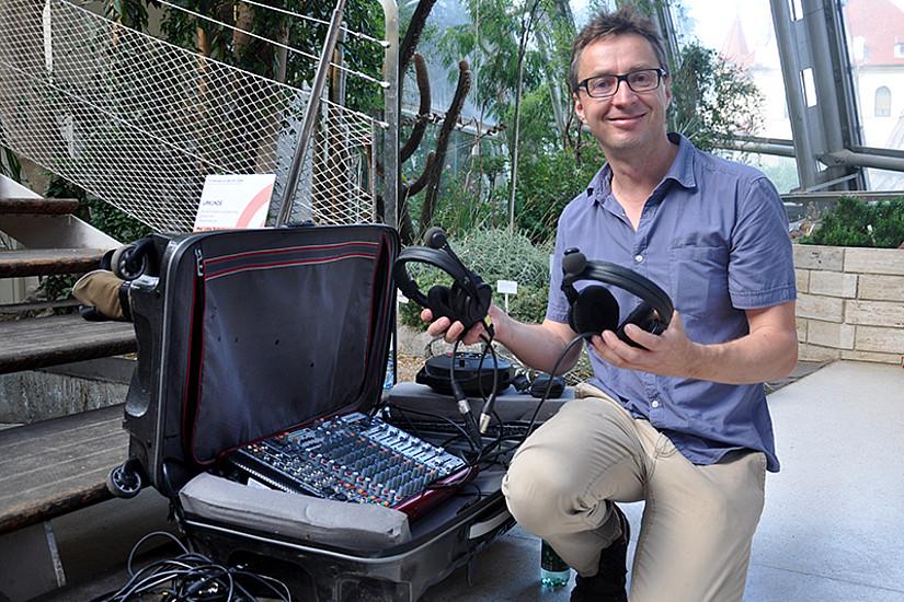 Podcaster Bodingbauer mit seinem mobilen Radio-Studio.