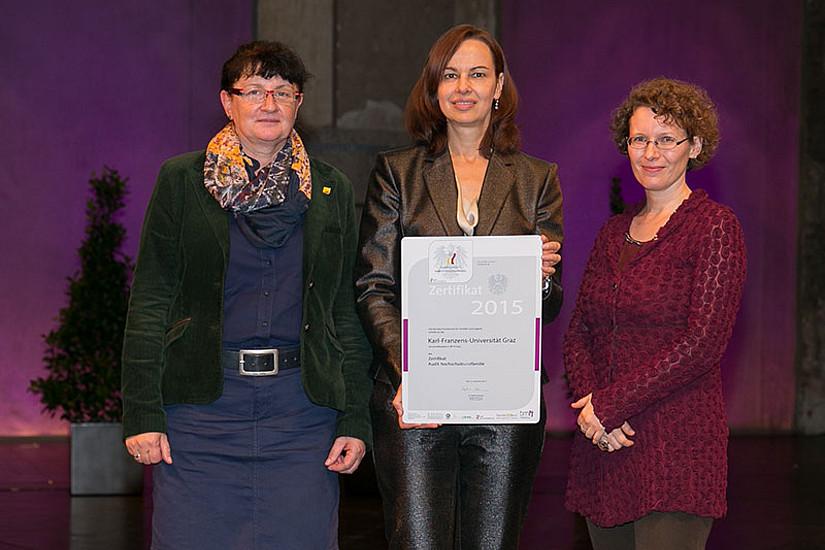 Eva Regele (l.) und Julia Spiegl (r.) mit Familienministerin Sophie Karmasin. Foto: Harald Schlossko.
