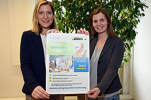 Sigrid Maxl-Studler (l.) und Tanja Baumgartner laden zum Alumni Career Mentoringprogramm ein. Foto: Uni Graz/Kastrun.