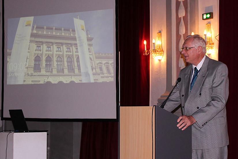 """Helmut O. Rucker, Vorsitzender der ÖAW-Kommission für Astronomie und wissenschaftlicher Leiter von """"Graz in Space"""", eröffnete die Tagung. Fotos: GiS 2018."""