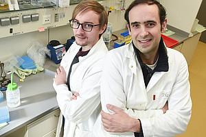 Andreas Zimmermann und Didac Carmona-Gutierrez (v.l.) forschen an der Universität Graz. Foto: Uni Graz/Tzivanopoulos