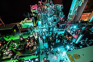 Die WissenschafterInnen verfolgten die Orbital-Tomogramme mit ultrahoher Auflösung durch die Zeit. Die Elektronen in den Molekülen wurden dafür mit Femtosekunden-Laserpulsen in ein anderes Orbital angeregt. Foto: Philipps-Universität Marburg/Till Schürmann