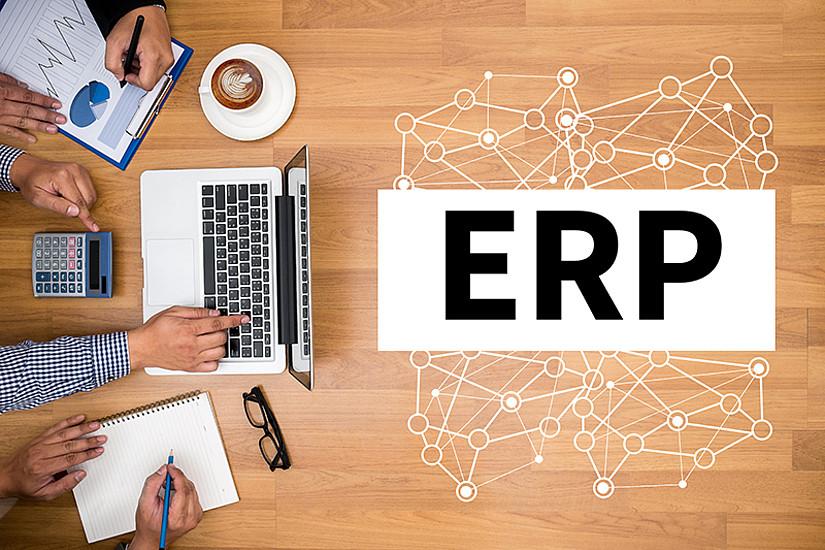 """In den neuen E-Learning-Universitätskursen """"ERP Key-User"""" und """"ERP Professional"""" lernt man zeit- und ortsunabhängig, wie man kompetent mit betriebswirtschaftlichen Softwarelösungen zur Steuerung von Geschäftsprozessen arbeitet. Foto: Adobe Stock/adiruch na chiangmai."""