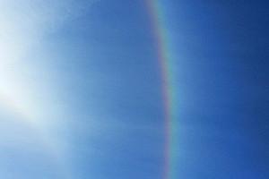 Weißes Sonnenlicht und Regenbogenfarben: ein modernes Konzept für den Physikunterricht kann die Zusammenhänge anschaulich erklären. Foto: Pixabay