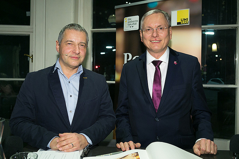 Minister Alois Stöger (rechts) und Gastgeber Markus Steppan diskutierten angeregt im Politik Café. Foto: Oliver Wolf