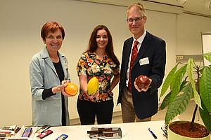 Julia Zotter (Mitte) mit Margit Delefant und Uwe Simon vom Fachdidaktikzentrum. Foto: Uni Graz/Schweiger