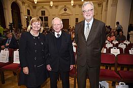 Rektorin Christa Neuper (links) und BioTechMed-Graz-Director Rudolf Zechner (rechts) begrüßten Harald zur Hausen. Fotos: Uni Graz/Schweiger