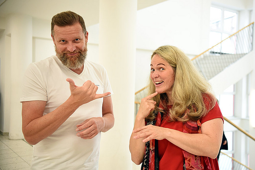 Andrea Lackner erforscht mit Natives wie Christian Stalzer (l.) nicht-manuelle Elemente der Österreichischen Gebärdensprache. Foto: Uni Graz/Eklaude