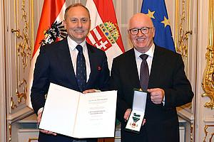 Botschafter Andor Nagy (l.) überreichte Stefan Karner den Ungarischen Verdienstorden. Foto: Ungarische Botschaft in Österreich