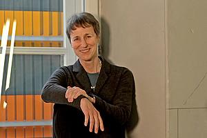 Die Beine in die Hand nehmen, auch im Büroalltag: Sylvia Titze rät zu mehr Bewegungseinheiten. Foto: Uni Graz/Tzivanopoulos