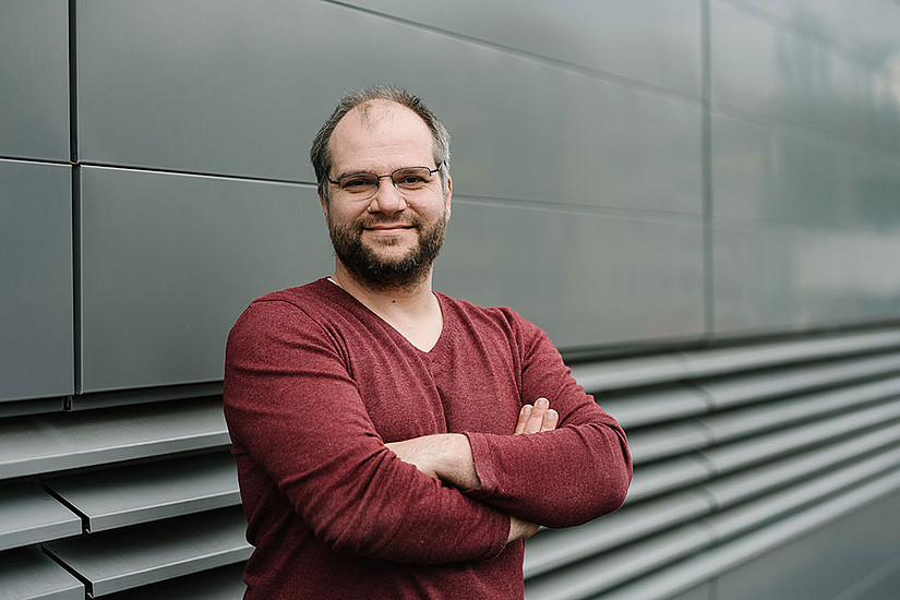 Stefan Schild erforscht mit seinem Team die Überlebensstrategien von krankmachenden Bakterien. Foto: Uni Graz/Kernasenko