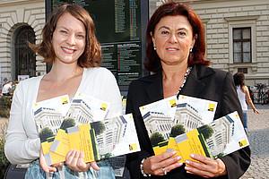 """Gerhild Kastrun (l.) und Astrid M. Wentner präsentieren den neuen """"Uni Graz-Guide"""" am 27. September 2012 um 16 Uhr im Uni Café."""