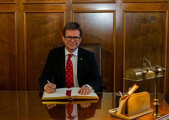 Rektor Polascheks Eintrag in das Ehrenbuch der Universität Granada.