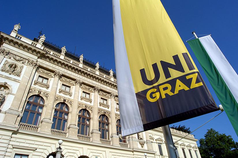 Hauptgebäude der Uni Graz mit Fahnen