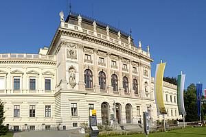 Hauptgebäude mit Fahnen
