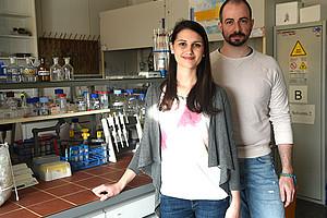 Julia Blesl und Stefan Velikogne forschen in der Doktoratsschule Chemie von NAWI Graz. Foto: Uni Graz/Schweiger