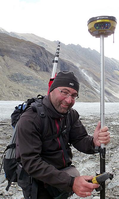 Andreas Kellerer-Pirklbauer bei GPS-Messungen an der Pasterze. Foto: Uni Graz/Lieb